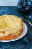Le gâteau de croustillant de farine de maïs avec le remplissage de confiture de prune a servi sur un blanc image stock