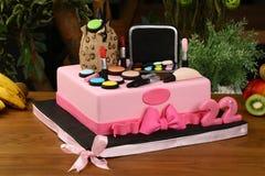 Le gâteau de fête d'anniversaire d'enfants - des cosmétiques et composent le concept matériel images stock