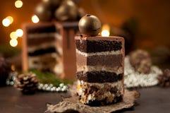 Le gâteau de fête de morceau pose le plat de boule de chocolat Photo libre de droits