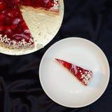 Le gâteau de fraise avec du chocolat blanc arrose Photographie stock