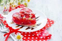 Le gâteau de fraise a formé le dessert romantique de coeur sur Valentine Day Photographie stock libre de droits