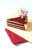 Le gâteau de fraise, velours rouge a découpé le gâteau en tranches du plat en bois image stock