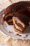 Le gâteau de marbre avec du chocolat a coupé dans des morceaux en gros plan Vertica Photographie stock