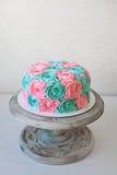 Le gâteau de mariage décoré des roses crèmes se ferment  Images libres de droits