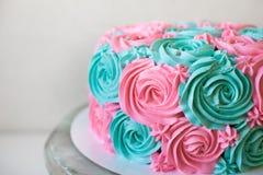 Le gâteau de mariage décoré des roses crèmes se ferment  Image libre de droits