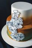 Le gâteau de mariage a décoré l'or, gradient vert avec les fleurs tirées par la main Photos libres de droits