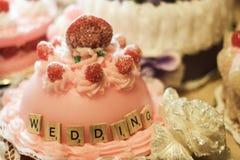 le gâteau de mariage marque avec des lettres l'amour d'alphabet Image libre de droits