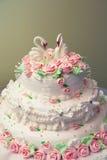 Le gâteau de mariage a orné avec les roses roses fraîches. Photographie stock libre de droits