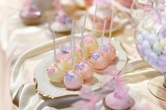 Le gâteau de mariage saute dans le rose et le pourpre Images stock