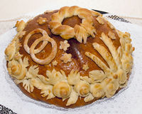Le gâteau de mariage traditionnel avec une photo de la levure sont deux rin Image libre de droits