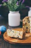 Le gâteau de Pâques s'est divisé sur des morceaux au-dessus de conseil en bois Photo libre de droits