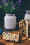 Le gâteau de Pâques s'est divisé sur des morceaux au-dessus de conseil en bois Image libre de droits