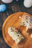Le gâteau de Pâques s'est divisé sur des morceaux au-dessus de conseil en bois Photographie stock libre de droits
