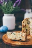 Le gâteau de Pâques s'est divisé sur des morceaux au-dessus de conseil en bois Images libres de droits