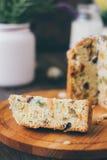Le gâteau de Pâques s'est divisé sur des morceaux au-dessus de conseil en bois Image stock
