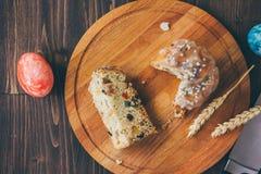 Le gâteau de Pâques s'est divisé sur des morceaux au-dessus de conseil en bois Photos stock