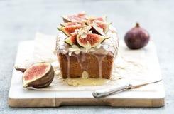 Le gâteau de pain avec des figues, l'amande et le chocolat blanc sur la portion en bois embarquent au-dessus du fond grunge, foye images libres de droits