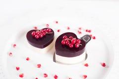 Le gâteau de Valentine dans la forme de coeur sur le fond blanc Photographie stock