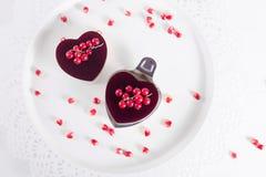 Le gâteau de Valentine dans la forme de coeur sur le fond blanc Photo libre de droits