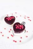 Le gâteau de Valentine dans la forme de coeur sur le fond blanc Photos stock
