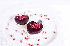 Le gâteau de Valentine dans la forme de coeur sur le fond blanc Photo stock