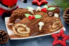 Le gâteau de Yule Log de Noël décoré du houx de chocolat répand image stock