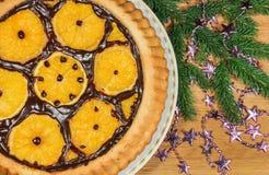 Le gâteau du ` s de nouvelle année avec des oranges et le sapin s'embranchent Image stock