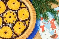 Le gâteau du ` s de nouvelle année avec des oranges et le sapin s'embranchent Photographie stock