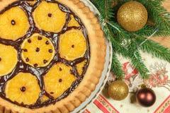 Le gâteau du ` s de nouvelle année avec des oranges et le sapin s'embranchent avec le décor de Noël Image stock