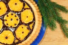Le gâteau du ` s de nouvelle année avec des oranges et le sapin s'embranchent avec le décor de Noël Images libres de droits