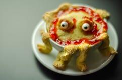 Le gâteau a fait cuire au four sous forme de monstre dans une cuvette en céramique, FO douces photographie stock libre de droits