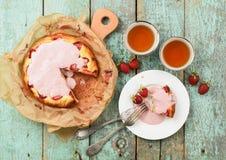 Le gâteau fait maison de fraise avec le lustre crème a servi avec le berr frais Images libres de droits