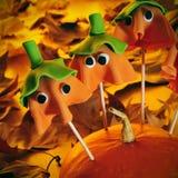 Le gâteau fait maison saute avec la forme des potirons de Halloween de fantôme, W photographie stock