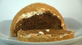 Le gâteau mousseline de chocolat avec arrosent d'un plat en céramique images stock