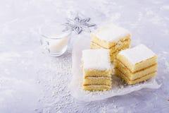 Le gâteau mousseline frais fait maison dans la crème de noix de coco et les flocons sur le festin ont servi dans les parties un f Image libre de droits