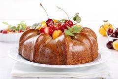 Le gâteau nu derorated le fruit frais et les baies photos stock