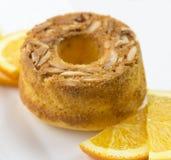 Le gâteau orange avec l'amande rampe Image libre de droits