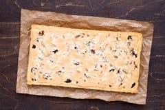 Le gâteau polonais traditionnel de Pâques a appelé Mazurek avec l'abondance des fruits et des écrous secs image stock