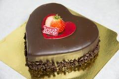 Le gâteau romantique de coeur de chocolat orthographie l'amour Photo stock