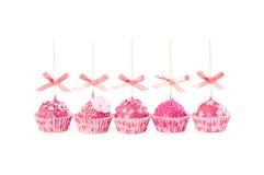 Le gâteau romantique du bruit cinq avec le givrage rose, décoratif arrose Images stock