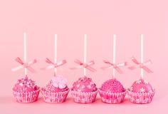 Le gâteau romantique du bruit cinq avec le givrage rose, décoratif arrose Photo stock