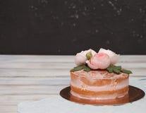 Le gâteau rond de buttercream fait maison avec la rose de rose fleurit sur le dessus, concept d'amour de valentines Photographie stock