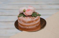 Le gâteau rond de buttercream fait maison avec la rose de rose fleurit sur le dessus, concept d'amour de valentines Images stock