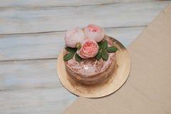 Le gâteau rond de buttercream fait maison avec la rose de rose fleurit sur le dessus, concept d'amour de valentines Image stock