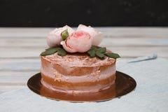 Le gâteau rond de buttercream fait maison avec la rose de rose fleurit sur le dessus, concept d'amour de valentines Images libres de droits