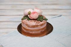 Le gâteau rond de buttercream fait maison avec la rose de rose fleurit sur le dessus, concept d'amour de valentines Photo stock