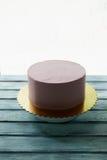 Le gâteau rose est la forme parfaite, couverte de la crème Sur le support Non décoré, après congélation Images stock