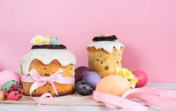 Le gâteau traditionnel de Pâques avec le nid de chocolat, fleur de décoration d'oeufs de caille fleurit, stillife coloré de resso Photographie stock