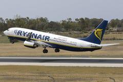 Le géant bon marché Ryanair 737 décollent dessus Photographie stock