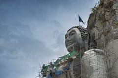 Le géant que Bouddha font face a été découpé hors d'une falaise Photographie stock libre de droits